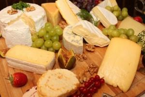 Verschiedene Käsesorten schneiden
