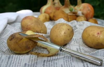 Kartoffel Schälen mit dem Messer